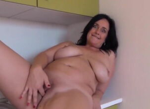 Mom flashes pussy